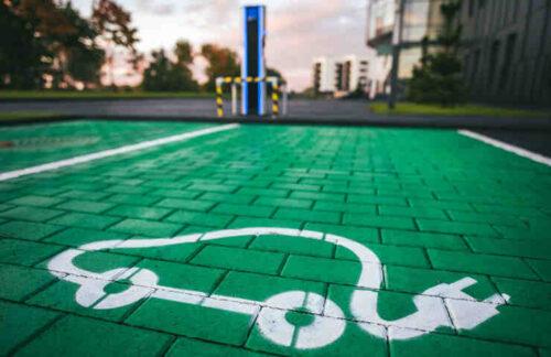 Quel pourcentage de places de stationnement doivent être Pré-équipées de bornes de recharges électriques dans un immeuble résidentiel de 35 logements ?